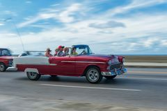 HAVANA, KUBA - 20. OKTOBER 2017: Bewegliches altes Auto in Malecon, Havana kuba Sightseeing-Tour Lizenzfreie Stockbilder