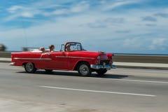 HAVANA, KUBA - 20. OKTOBER 2017: Bewegliches altes Auto in Malecon, Havana kuba Sightseeing-Tour mit Touristen Lizenzfreie Stockfotos