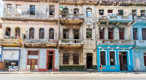 HAVANA, KUBA - 20. OKTOBER 2017: Bunte Gebäude Havana Old Town Street Architectures Lizenzfreie Stockfotos