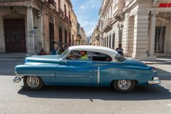 HAVANA, KUBA - 20. OKTOBER 2017: Bunte Havana Old Town Architecture und altes Auto Lizenzfreie Stockfotos