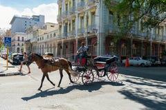 HAVANA, KUBA - 20. OKTOBER 2017: Bunter Havana Old Town Architecture- und Pferdereiter auf der Straße Lizenzfreies Stockfoto