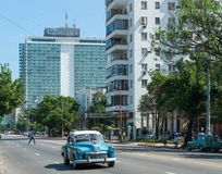HAVANA, KUBA - 23. OKTOBER 2017: Havana Cityscape mit altem Auto und Architektur im Hintergrund Hotel Habana Libre im Hintergrund stockfotografie