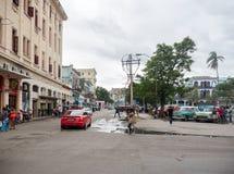 HAVANA, KUBA - 25. OKTOBER 2017: Havana Cityscape und Luxus Audi Car in unordentlicher Havana Cityscape Background lizenzfreies stockbild