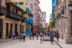 HAVANA, KUBA - 23. OKTOBER 2017: Havana Old Street mit Leuten Lizenzfreies Stockbild