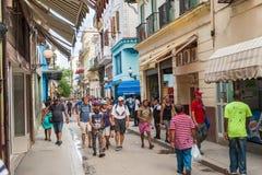 HAVANA, KUBA - 23. OKTOBER 2017: Havana Old Street mit Leuten Lizenzfreie Stockfotos