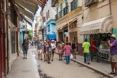 HAVANA, KUBA - 23. OKTOBER 2017: Havana Old Street mit Leuten Lizenzfreie Stockfotografie