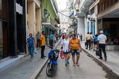 HAVANA, KUBA - 23. OKTOBER 2017: Havana Old Street mit Leuten Stockfotografie