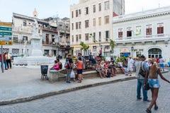 HAVANA, KUBA - 23. OKTOBER 2017: Havana Old Street mit Leuten Stockbild