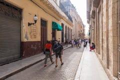 HAVANA, KUBA - 23. OKTOBER 2017: Havana Old Street mit Leuten Stockbilder