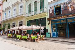HAVANA, KUBA - 23. OKTOBER 2017: Havana Old Street mit Leuten und Restaurant Lizenzfreie Stockfotografie