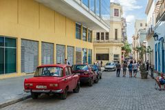 HAVANA, KUBA - 20. OKTOBER 2017: Havana Old Town Architecture mit alten Autos Stockfotos