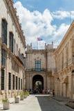 HAVANA, KUBA - 20. OKTOBER 2017: Havana Old Town mit wellenartig bewegender Flagge auf dem Dach Lizenzfreie Stockbilder