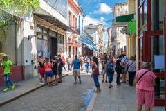 HAVANA, KUBA - 20. OKTOBER 2017: Havana Old Town Street mit lokalen Leuten und Touristen Stockfoto