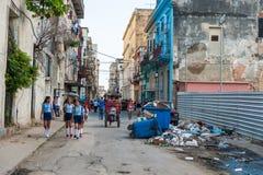 HAVANA, KUBA - 20. OKTOBER 2017: Havana Old Town und lokale einzigartige Architektur mit Leuten Stockbilder
