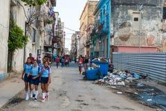 HAVANA, KUBA - 20. OKTOBER 2017: Havana Old Town und lokale einzigartige Architektur mit Leuten Unordentliche Umwelt Lizenzfreie Stockbilder