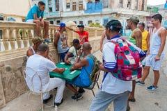 HAVANA, KUBA - 20. OKTOBER 2017: Havana Old Town und lokale Leute, die Dominos spielen Lizenzfreies Stockbild