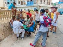HAVANA, KUBA - 20. OKTOBER 2017: Havana Old Town und lokale Leute, die Dominos spielen Lizenzfreie Stockbilder