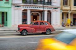 HAVANA, KUBA - 20. OKTOBER 2017: Havana Old Town und Malecon-Bereich mit altem Taxi-Fahrzeug kuba Stockfotografie