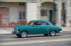 HAVANA, KUBA - 20. OKTOBER 2017: Havana Old Town und Malecon-Bereich mit altem Taxi-Fahrzeug kuba schwenken Lizenzfreies Stockbild