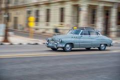 HAVANA, KUBA - 20. OKTOBER 2017: Havana Old Town und Malecon-Bereich mit altem Taxi-Fahrzeug kuba schwenken lizenzfreie stockfotografie