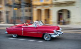 HAVANA, KUBA - 20. OKTOBER 2017: Havana Old Town und Malecon-Bereich mit altem Taxi-Fahrzeug kuba schwenken stockfoto
