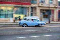 HAVANA, KUBA - 20. OKTOBER 2017: Havana Old Town und Malecon-Bereich mit altem Taxi-Fahrzeug kuba schwenken lizenzfreies stockfoto