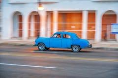 HAVANA, KUBA - 20. OKTOBER 2017: Havana Old Town und Malecon-Bereich mit altem Taxi-Fahrzeug kuba schwenken stockbild