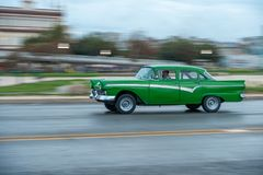 HAVANA, KUBA - 20. OKTOBER 2017: Havana Old Town und Malecon-Bereich mit altem Taxi-Fahrzeug kuba schwenken stockfotos