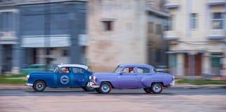 HAVANA, KUBA - 20. OKTOBER 2017: Havana Old Town und Malecon-Bereich mit altem Taxi-Fahrzeug kuba schwenken stockfotografie