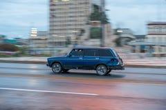 HAVANA, KUBA - 20. OKTOBER 2017: Havana Old Town und Malecon-Bereich mit altem Taxi Lada Vehicle kuba schwenken lizenzfreies stockbild