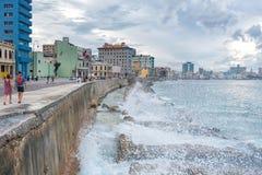 HAVANA, KUBA - 20. OKTOBER 2017: Havana Old Town und Malecon-Bereich mit karibischem Meer im Hintergrund und im bewölkten Himmel Stockfotos