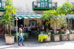 HAVANA, KUBA - 23. OKTOBER 2017: Havana Old Town und Straße mit den Touristen und Musik-Band, die Musik spielen Stockbilder