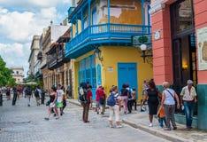 HAVANA, KUBA - 23. OKTOBER 2017: Havana Old Town und Straße mit Touristen Stockfoto