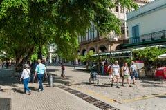 HAVANA, KUBA - 23. OKTOBER 2017: Havana Old Town und Straße mit Touristen Lizenzfreie Stockbilder