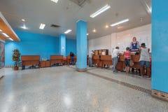 HAVANA, KUBA - 24. OKTOBER 2017: Havana Telecommunication Company Interior mit Kunden Havana, Kuba Der Platz, zum des Internets z Stockbilder