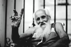 Havana, Kuba - Siegeszeichen durch behinderte ältere Männer lizenzfreies stockfoto