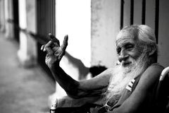 Havana, Kuba - Siegeszeichen durch behinderte ältere Männer stockbilder