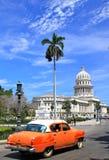 Havana´s Capitolio con el coche anaranjado de la vendimia, Cuba Foto de archivo libre de regalías