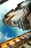 Havana stadsbyggnader under den blåa skyen Arkivbilder
