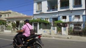 Havana-Straßen mit hellen Farben und kubanischem Lebensstil am sonnigen Tag - Kuba stock footage