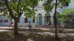 Havana-Straßen mit hellen Farben und kubanischem Lebensstil am sonnigen Tag - Kuba stock video footage