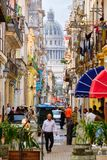 Havana velho com a construção do Capitólio no fundo Fotos de Stock Royalty Free
