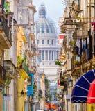Havana velho com a construção do Capitólio no fundo Imagens de Stock