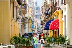 Havana velho com a construção do Capitólio no fundo Fotos de Stock