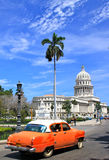 Havana´s Capitolio com o carro alaranjado do vintage, Cuba Foto de Stock Royalty Free