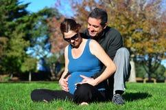 Havandeskap - gravid kvinnafamilj arkivbilder