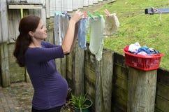 Havandeskap - gravid kvinnahushållsarbete Royaltyfria Foton