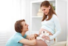 Havandeskap lycklig familjframtid uppfostrar den gravida modern och fathe Arkivbild