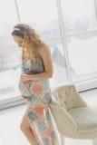 Havandeskap, moderskap, folk och förväntanbegrepp - som är nära upp av lycklig gravid kvinna Royaltyfria Bilder