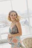 Havandeskap, moderskap, folk och förväntanbegrepp - som är nära upp av lycklig gravid kvinna Arkivfoto